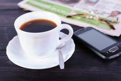 Filiżanka kawy i gazeta z szkłami Obrazy Royalty Free