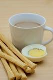 Filiżanka kawy i grissini, gotowany jajko pokrajać w połówkach Fotografia Stock