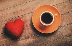 Filiżanka kawy i kierowa kształt zabawka obraz stock