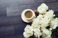 Filiżanka kawy i peonia kwiaty na ciemnym drewnianym tle wierzchołek Obraz Royalty Free