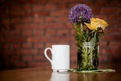 Filiżanka kawy i piękni kwiaty Fotografia Stock