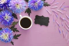 filiżanka kawy i piękny błękitny kwiatu przygotowania Zdjęcia Royalty Free
