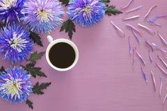 filiżanka kawy i piękny błękitny kwiatu przygotowania Obrazy Royalty Free