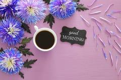 filiżanka kawy i piękny błękitny kwiatu przygotowania Fotografia Stock