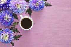 filiżanka kawy i piękny błękitny kwiatu przygotowania Zdjęcie Royalty Free