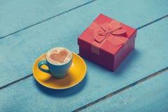 Filiżanka kawy i prezent zdjęcie royalty free