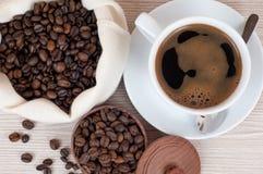 Filiżanka kawy, kawa zakazy na drewnianym stole Odgórny widok kawa gotowa wykorzystania tła Obraz Royalty Free