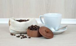 Filiżanka kawy, kawowe fasole kierowe na drewnianym stole Odgórny widok kawa gotowa wykorzystania tła Obrazy Royalty Free