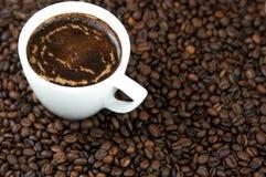 Filiżanka kawy, kawowe fasole Odgórny widok kawa gotowa wykorzystania tła Obraz Royalty Free