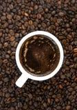 Filiżanka kawy, kawowe fasole Odgórny widok kawa gotowa wykorzystania tła Fotografia Royalty Free