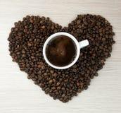 Filiżanka kawy, kawowe kierowe fasole Odgórny widok kawa gotowa wykorzystania tła Obrazy Stock