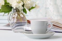 Filiżanka kawy, kwiaty i notatka, fotografia stock