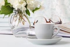 Filiżanka kawy, kwiaty i notatka, obrazy stock