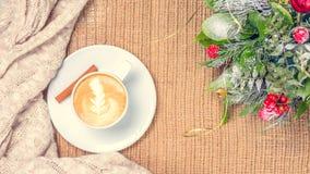 Filiżanka kawy lub Chai herbata z latte sztuką i boże narodzenie wystrojem Le Fotografia Royalty Free
