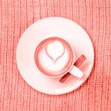 Filiżanka kawy lub Chai herbata z latte sztuką leasure czasu pojęcie Samotny marznący drzewo Żywy koralowy temat - kolor rok 2019 obraz stock