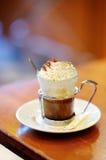 Filiżanka kawy lub gorąca czekolada z batożącą śmietanką Zdjęcia Stock
