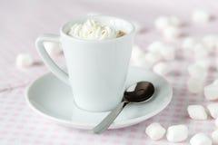 Filiżanka kawy lub gorąca czekolada z batożącą śmietanką na stole a obrazy royalty free