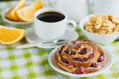 Filiżanka kawy, muesli, pieczenie i sok pomarańczowy, Zdjęcie Royalty Free
