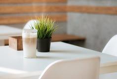 Filiżanka kawy na białym stole w kawiarni obrazy royalty free