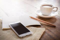 Filiżanka kawy na drewnianym stole Obrazy Royalty Free