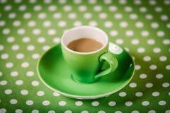 Filiżanka kawy na polki kropki pokrywie fotografia royalty free