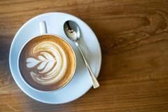 Filiżanka kawy na starym drewnianym stole w cukiernianej kawowej przerwie w ranku zdjęcia stock