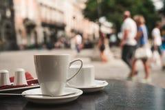 Filiżanka kawy na stole Obrazy Royalty Free