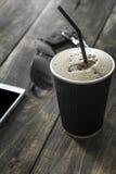 Filiżanka kawy napój z okularami przeciwsłonecznymi i telefonem komórkowym Fotografia Royalty Free