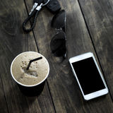 Filiżanka kawy napój z okularami przeciwsłonecznymi i telefonem komórkowym Obraz Stock