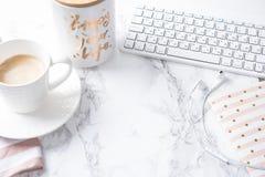 Filiżanka kawy, notepad i klawiatura na bielu marmuru stole, obrazy royalty free