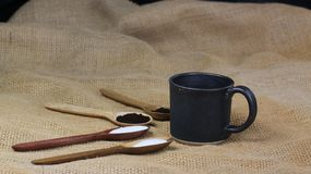 filiżanka kawy obok drewnianych łyżek z kawą i cukierem zdjęcie stock