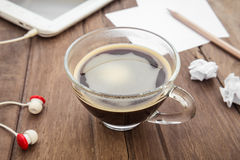 Filiżanka kawy, pastylka i papier na stole, Zdjęcia Stock