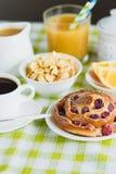 Filiżanka kawy, pieczenie, muesli i sok pomarańczowy, Fotografia Royalty Free
