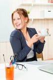 Filiżanka kawy podnoszący na duchu podczas godzin pracujących obrazy stock