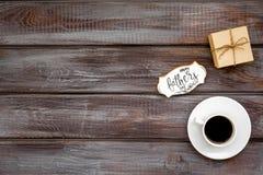 Filiżanka kawy, prezent i kopia dla Szczęśliwego dzień ojca przyjęcia na drewnianej tło odgórnego widoku kopii przestrzeni, obrazy stock