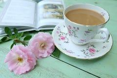 Filiżanka kawy, różowe róże i książki na stary drewnianym, Fotografia Stock