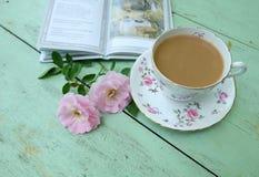 Filiżanka kawy, różowe róże i książki na stary drewnianym, Zdjęcie Stock