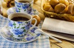 Filiżanka kawy, słodka bułeczka i gazeta, Fotografia Stock