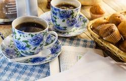 Filiżanka kawy, słodka bułeczka i gazeta, Zdjęcia Royalty Free