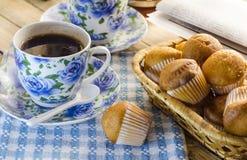 Filiżanka kawy, słodka bułeczka i gazeta, Obraz Stock