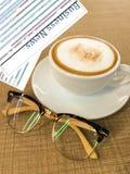 Filiżanka kawy, szkła i biznesowa gazeta, Zdjęcia Royalty Free