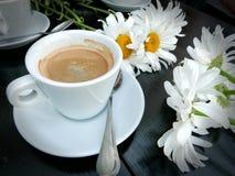 Filiżanka kawy w kawiarni z przyjaciółmi fotografia stock