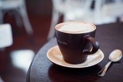 Filiżanka kawy w stole Zdjęcie Stock