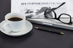 Filiżanka kawy, widowiska, zamknięty laptop, gazeta i pióro, Obrazy Stock