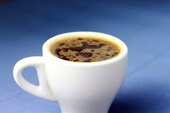 Filiżanka kawy z błękitnym tłem Obrazy Royalty Free