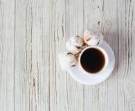 Filiżanka kawy z bawełną na drewnianym tle zdjęcia royalty free