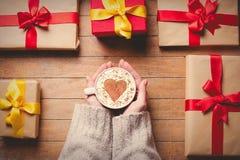 Filiżanka kawy z Bożenarodzeniowymi prezentów pudełkami Zdjęcia Stock