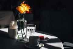 Filiżanka kawy z bukietem żółty narcyz fotografia royalty free