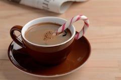 Filiżanka kawy z cukierek trzciną zdjęcie royalty free