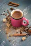 Filiżanka kawy z cynamonem, kawowymi fasolami i pikantność, Zdjęcia Royalty Free
